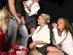 Verrückter Pisse trinken Gruppen an der Nachtzeit