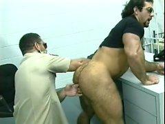 Fångvaktare gör ett hålighet söka inom en buttra intagen med tungan och cock