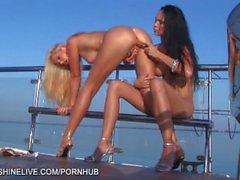 Bikinin Flickvän gör ute på båt fingersättnings pussies