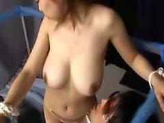 Voluptuous orientalisk dam förför en kinky kille för att kyssa henne hu