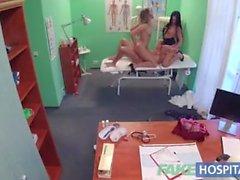 Fake Hospital Doctor afortunado tiene trío caliente con chicas checas sexy
