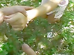 Verse rondborstige schatje geneukt in het park