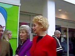 Britischen Ältere Yvonne abgeholt in der Straße.