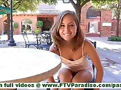 Riley ongelooflijk sexy brunette knipperen slipje en knipperende poesje en het nemen van kleren uit in het openbaar