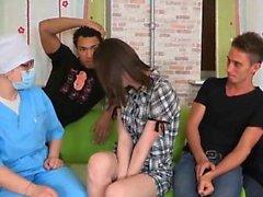 Garanhão assiste com check-up de hímen e equitação de cutie19 virgem