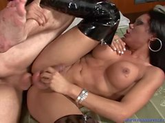 Big Titty Sexig Brunett Shemale Söt Viviana Suger Kuk & Gets Hard Fucking