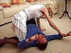 Vaimo rankaisee miehensä istumalla hänen kasvonsa