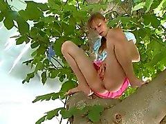 19yo vriendin uithameren uit de bomen