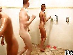 Willekeurige groep in de openbare douches
