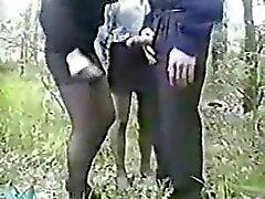 Glücklich Kerl Spaß mit zwei Mädchen im Holz. Amateure