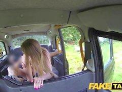 Fake Taxi Hoppar college för baksätet sex i taxi