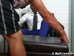 Hot Hunk Ricky gibt seinem Freund Pheonix einen guten Fuß lecken