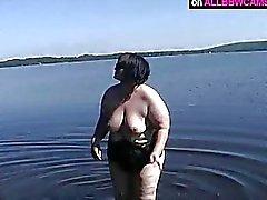 knubbigt Form BBW gör det är bra i närheten av sjön
