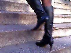 Professionnel de Milf avidement la marche avec des collants et de des bottes