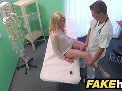 Sahte Hastanesi Kirli doktor sarışın Çek bebek ıslak pantolon verir