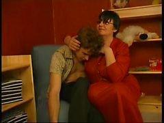 Granny Kanal - Young Boy Seduced By kurze dunkle Haare Dicke altes häßliches Frau Mit Gläsern