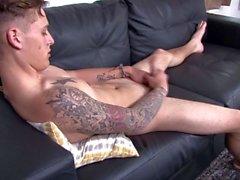 Straight Solo Teen Twink Militärgürtel wichst seinen großen Schwanz
