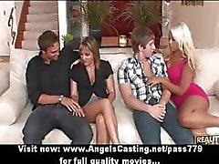 Dörtlü swinger seks partisi sıcak eşleri oral seks ve becerdin yapıyor