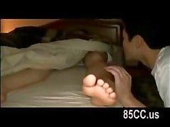 vaimo munaa aviomiehet kaverille sängyllä 01