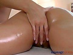 Salas de masaje Sexy rubia masajista desliza sus dedos en clientes jóvenes slit