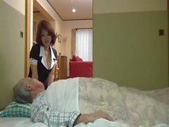 Japanin sairaanhoitaja ratsastaa hänen vanhan potilaansa iso kova kukko