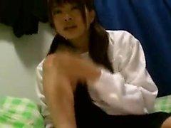 Sevimli Japon kız öğrenci onunla sözlü zevkler alışverişinde