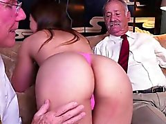 Cutie Ivy Rose obtiene acariciado por Rich Old Men