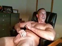 pai bissexual, acariciando seu pênis