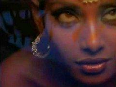 intialainen näyttelijä Bipasha Basu osoittaa tit :
