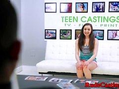 Casting teen faz com que sua coxa molhada bateu