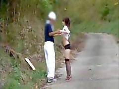 Rondborstige jonge Aziatische chick Natsuka Anna wordt aangesproken in het park parcours