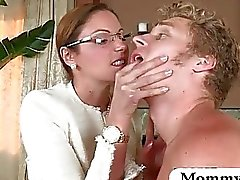 Sexy MILF Samantha Ryan pyydettyjen couple vitun sohvalla