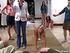 Sorority Girls nuas tratados como cães