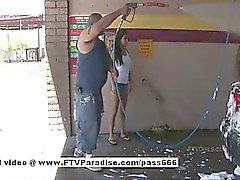 A araba yıkamacıda Sosisli brunette bir kız