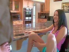 Babysitter Morgan a de Brooke trouvez son joli visage de baisée