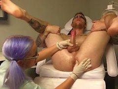 Doktorlar genç hemşireye açar kenar ve prostat sağma, rimming ziyaret