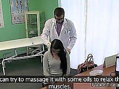 Dr. bumst Heißer Brunette Patienten auf seinem Tisch