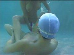 Lesben mit Doppel-Dildo unter Wasser