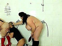 Pauvre homme voyeur se fait punir par 2 les dames strictes Grosses sexy