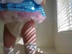 Windig sissy Prinzessin in hübsches blaues Kleid Pissen und Cumming in Plastikhosen