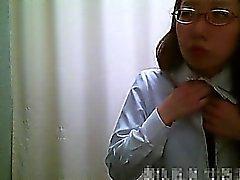 Dressing room spycam visar asiatiska flickor ta bort ett rosa klädnad