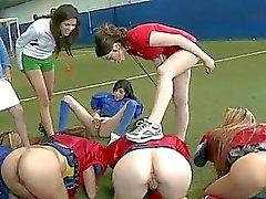 Amateure Mädchen bloßen Fußball und lecken