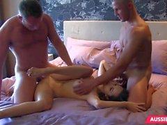Linda jovem em sexo a três sexo em grupo