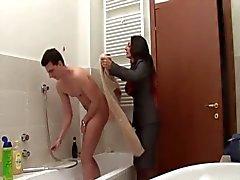 annesi banyoda girin - italyanca