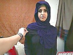 Араб женщина получает Беженец уровня Д и любит его