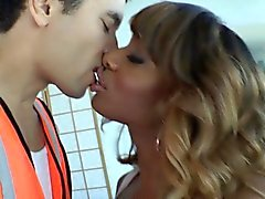 Amateur tgirl barebacking et facializing guy