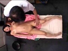 Douce fille japonaise a une masseuse sa chatte poilue doigtés