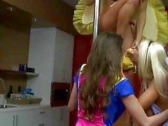 Rilee marchi in trio lesbico