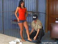 Горячая девочка арестован и сбил заключить в тюрьму как обыскивали с раздеванием