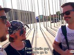BUMS BUS - Hot tjeckisk blondin Karol Lilien blir knullad av amatör kille i van